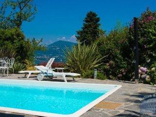 Villa in Lake Maggiore : Laveno Area Villa Varesina 11 Guests, Laveno-Mombello