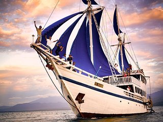 Private Traditional Phinisi Schooner Bali for Tour and Rent