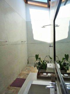 Badezimmer mit Open-Air-Dusche
