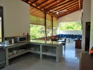 Voll ausgestattete Küche mit Kühlschrank, Backofen, Mikrowelle, Wasserkocher & ausreichend Geschirr