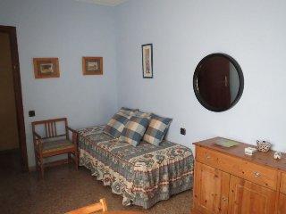 En el centro de Alicante , amplia habitación en casa de familia con baño propio