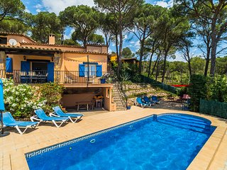 LA PERLA is detaced with private heated pool & WiFi , a walk to centre of Begur