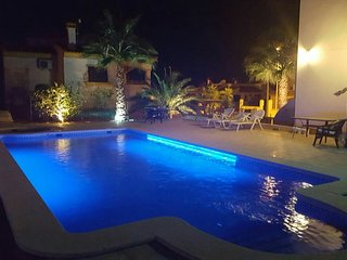 Beautiful villa with private Pool , Jacuzzi & Garden, El Fondó de les Neus