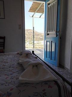 La chambre à coucher donne directement sur la terrasse et sa vue exceptionnelle sur la baie!