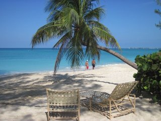 Fun, bright 2BR condo on Seven Mile Beach!