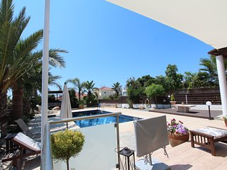 Gr8padz 2 double bedroom luxury villa Georgina  with private pool