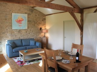 A cosy 1st floor, tastefully appointed gite with lovely rural views, Oradour-sur-Vayres