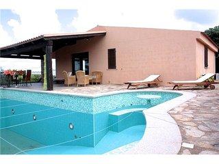 Villa con piscina e grande giardino privato
