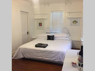 Cajun Hostel II - The White Room, Lafayette