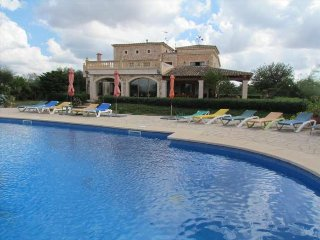 Fantastic rural country house for 19 people and large pool 20x10m in Campos.