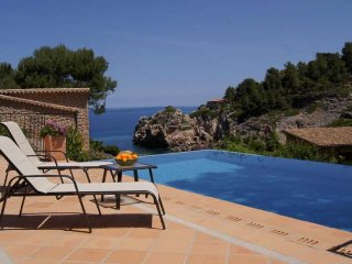 Villa 8 pax Cala Deia, Mallorca. Private heated pool and exterior. Air condition