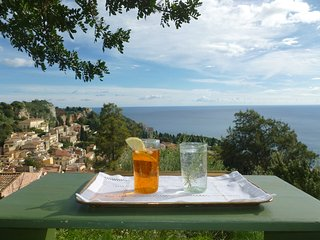 Villa vue panoramique mer et theatre grec dans un jardin luxuriant