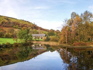 WOODPECKER 1 shared use of swimming pool and tennis court, stunning views in, Builth Wells