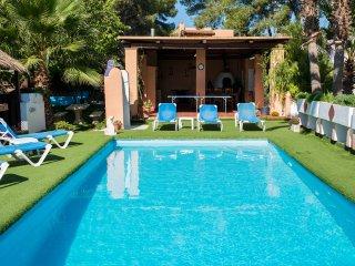 Villa 7 mins to Playa den Bossa, pool/play area