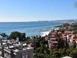 SEA VIEWS 2 bedroom large apartment in Torrequebrada (Benalmadena), pool & wifi.