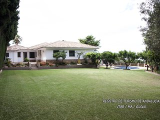 Villa Mi Rincón. Jardín, piscina y pista de tenis