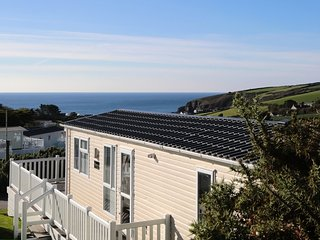 Beach Lodge with Fantastic Sea Views, Heated Pool and Hot Tub, Praa Sands