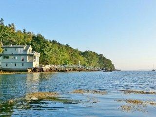 Seanook; Ocean on 3 Sides, on its own Rocky Point, 4 decks, 3 bdrm, 2 ba, Wi-Fi, Boothbay