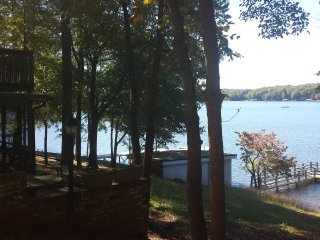 2 Homes Inside State Park. Driveways 90 ft apart. Together can sleep 32., Lake Norman