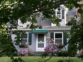 Cozy Cape 2 bdrm, 2 ba, Nestled in Woods a 5 Minute Stroll from Ocean Cove Wi-Fi