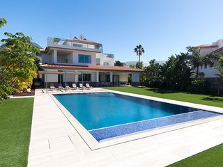 Villa Amelia. Huge Luxury 5 bedroom 4 Bathroom Villa. Private Heated Pool.