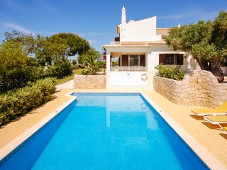UP TO 33% OFF! LADEIRA, cosy villa, pool, WiFi, AC, calm location,close to beach
