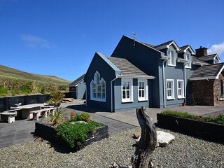 Shell House -  Beautifully landscaped with stunning sea views!, Dingle