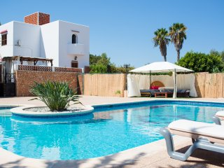 15 min WALK TO THE BEACH, huge pool, bbq/chill out room - Villa for 10 people