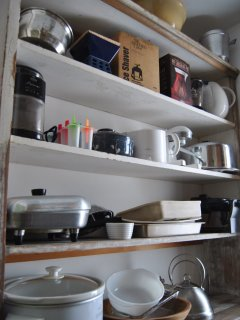 Plenty of small kitchen appliances.