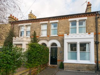 Homely Luxury 4 Bed House In Central Cambridge With Parking