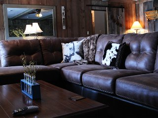 The Bunkhouse : Roomy Rancher Minutes from DT Knoxville and UT