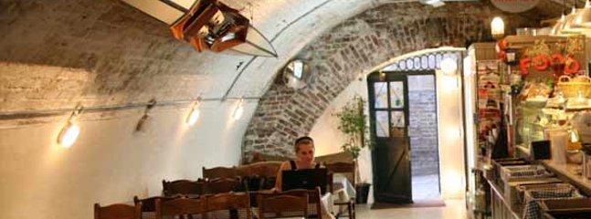 Tide Tables coffee shop, delicious veggie food - under Richmond Bridge