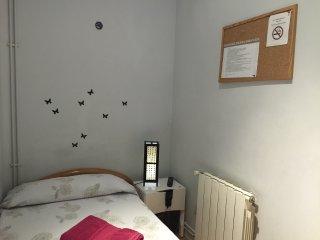 Habitacion individual cama de 90 cm con baño compartido (TV)