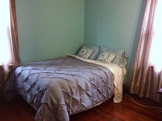 Turquoise Room in Metro Bed & Breakfast, CLE. Private Bedroom in my Shared Home, Cleveland