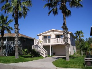 Island House, 2/1bath upper level, 4 blocks from beach