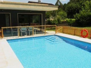 243 Modern looking coastal villa with pool, Vilaboa