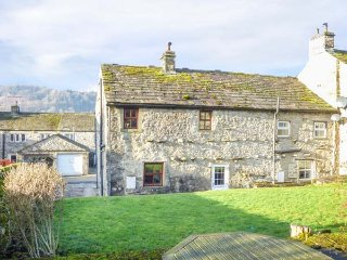ROWAN COTTAGE, end-terrace, woodburning stove, great views, in Buckden, Ref