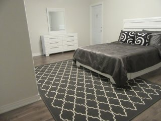 2 Bedroom Modern Suite Minutes From the Falls, Niagara Falls