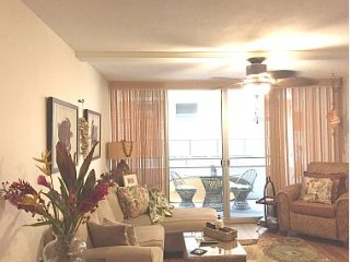 Beautiful Waikiki Condo with Parking