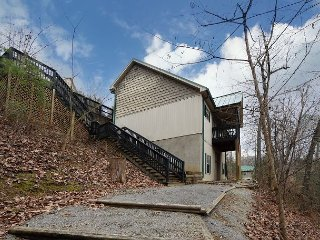 Five bedroom chalet, sleeps 16, located near Dollywood and Splash Country