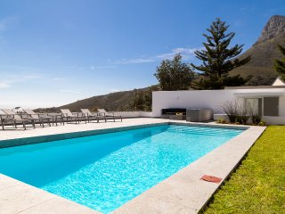 Contemporary 5-Star Camps Bay Villa - Serenity