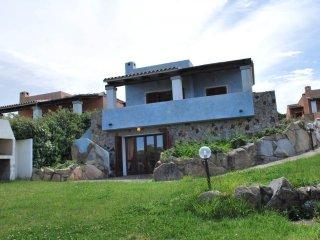 Villa con giardino privato, posto auto e solarium vista mare. 10 posti letto
