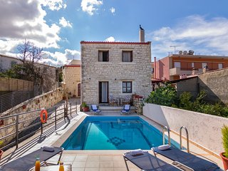 Villa for 12 persons, Kids pool,Picturesque village,Near taverns & minimarket, Skouloufia