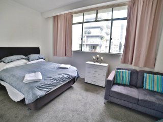 Central Studio Apartment - Pool and Gym!, Auckland Central