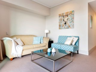Stylish Waterfront Apartment - harbour views, Auckland