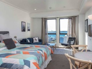 Sea view studio with rooftop pool and gym!