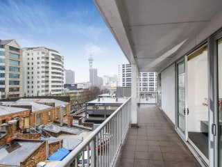 Spacious 3 Bedroom Apartment in the Heart of City!