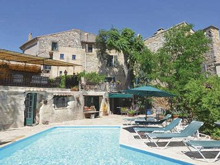 St Maximin villa in Provence with private pool, sleeps 9