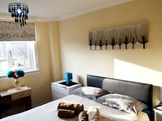 4 DOUBLE/TWIN BEDROOM DUPLEX- 2 SHOWER ROOMS - UP TO 10 SLEEPS - WI-FI, Glasgow