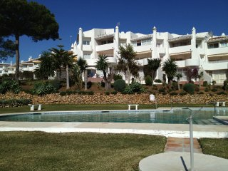 Jardines De Calahonda - Garden Apartment overlooking Pool & 7 min walk to Beach